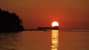 海与大船的剪影的日落视图 股票录像