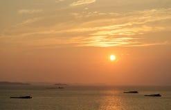 海与山的视图日落 免版税库存照片