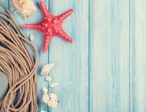 海与星鱼和海洋绳索的假期背景 免版税库存图片
