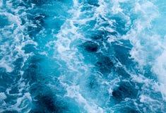 海与泡沫似的波浪的船足迹 热带海岛轮渡旅行 Cruiseliner足迹 库存照片