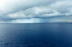 海与风雨如磐的天空(希腊)的夏天视图 免版税库存图片
