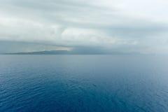 海与风雨如磐的天空(希腊)的夏天视图 库存图片
