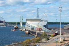 海中心` Vellamo `的看法在一晴朗的6月天 城市芬兰kotka横向公园岩石sapokka视图 免版税库存图片