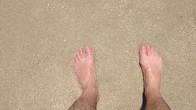 海中沙子上人脚的特写 从顶部看 影视素材