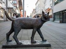 海于格松,挪威- 2018年1月9日:一个天猫座天猫座的雕塑,在海于格松市中心 免版税库存照片