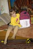 海伦读一本书 库存图片