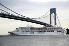海公主游轮在World Cruise公主期间的Verrazano桥梁下2013年 免版税库存图片