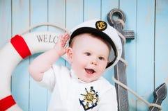 海内部的一个小快乐的男孩上尉 免版税图库摄影