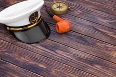 海军军官, Hat上尉海军上将,有葡萄酒的Smoki军舰 免版税库存照片