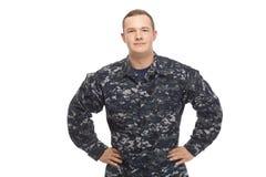 海军制服的年轻人用在臀部的手 免版税库存照片