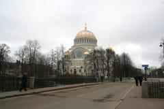 海军大教堂在Kronstadt,俄罗斯在冬天多云天 免版税库存图片