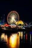 海军码头在夜间的芝加哥 免版税库存图片