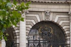 海军部曲拱在伦敦,英国-中央门和皇家徽章细节  库存图片