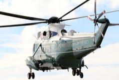海军陆战队员一VH-3D在飞行中在对华尔街直升机场的方法 库存照片