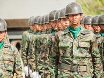 海军陆战队员执行皇家泰国海军,梭桃邑海军基地,春武里市,泰国的军事游行小组 免版税库存照片
