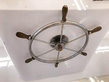海军陆战队员,船金属不锈的发光的圆的方向盘,有木把柄的在船,小船,巡航划线员方向盘 库存照片