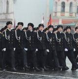 海军陆战队的军校学生游行的在红场在莫斯科 库存照片