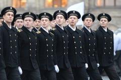 海军陆战队的军校学生游行的在红场在莫斯科 库存图片