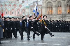 海军陆战队的军校学生游行的在红场在莫斯科 免版税库存照片