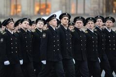 海军陆战队的军校学生游行的在红场在莫斯科 免版税库存图片