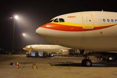 海南航空飞行在机场 库存图片