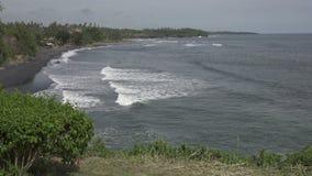 海卷的波浪在石海岸,巴厘岛,印度尼西亚的 影视素材