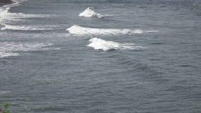 海卷的波浪在石海岸,巴厘岛,印度尼西亚的 股票录像