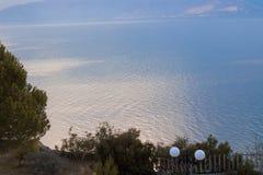海反射从一个阳台的树型视图在希腊 库存照片