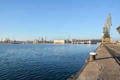 海口和口岸起重机 免版税库存照片