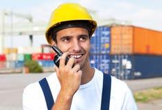海口的码头工人谈话与一个无线电设备 免版税库存图片