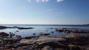 海向墙纸扔石头 免版税库存图片