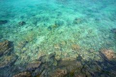 海向小卵石扔石头 免版税库存图片