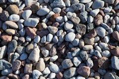海向背景扔石头。 免版税库存照片