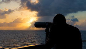 海员通过双筒望远镜看 免版税库存图片