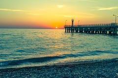 海和一个码头在日落 免版税图库摄影