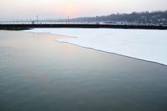 海和冰在冬天和冷的时间 免版税库存照片