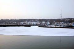 海和冰在冬天和冷的时间 库存照片