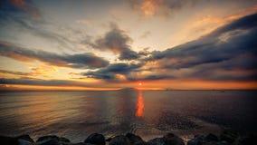 海和剧烈的云彩 免版税库存图片