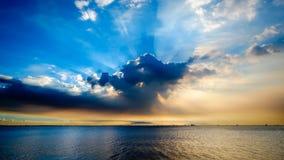 海和剧烈的云彩 免版税库存照片