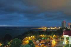 海和城市在晚上 2014 2018场杯子比赛奥林匹克俄国索契冬天世界 图库摄影
