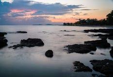 海和天空的长的曝光图象在日落以后 免版税库存照片