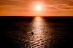 海和太阳的看法点燃 免版税库存图片