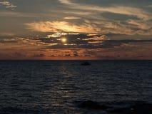 海和小船在日落 潘泰莱里亚,西西里岛,意大利 免版税库存照片