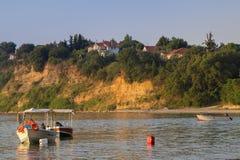 海和小船在海滩在希腊 库存照片