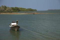 海和小船, Krabi,泰国 免版税库存照片