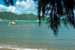 海和山景 免版税库存照片