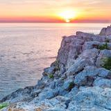 海和岩石在日落。 免版税库存图片