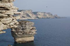 海和岩石在科西嘉人,在秀丽海岛上  可西嘉岛-正面图 免版税库存图片