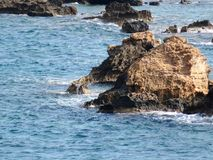 海和岩石干尼亚州,克利特 免版税库存图片