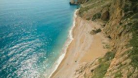 海和峡谷的顶视图与植物 射击 美丽的海滩的顶视图在山的 惊人的晴天 图库摄影
